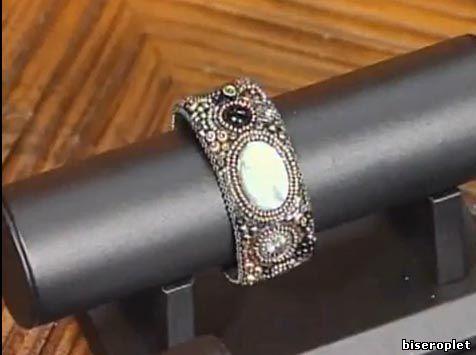 Шерри Серафини вышивает браслет - видео